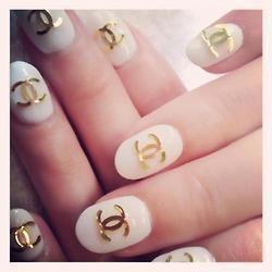 Logo metálico en dorado. Blanco